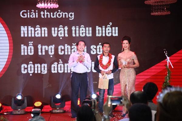 Nghệ sĩ Trịnh Kim Chi trao giải thưởng Dải băng đỏ
