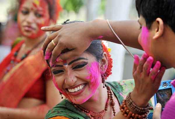 Lễ hội ném bột màu độc đáo nhất thế giới ở Ấn Độ