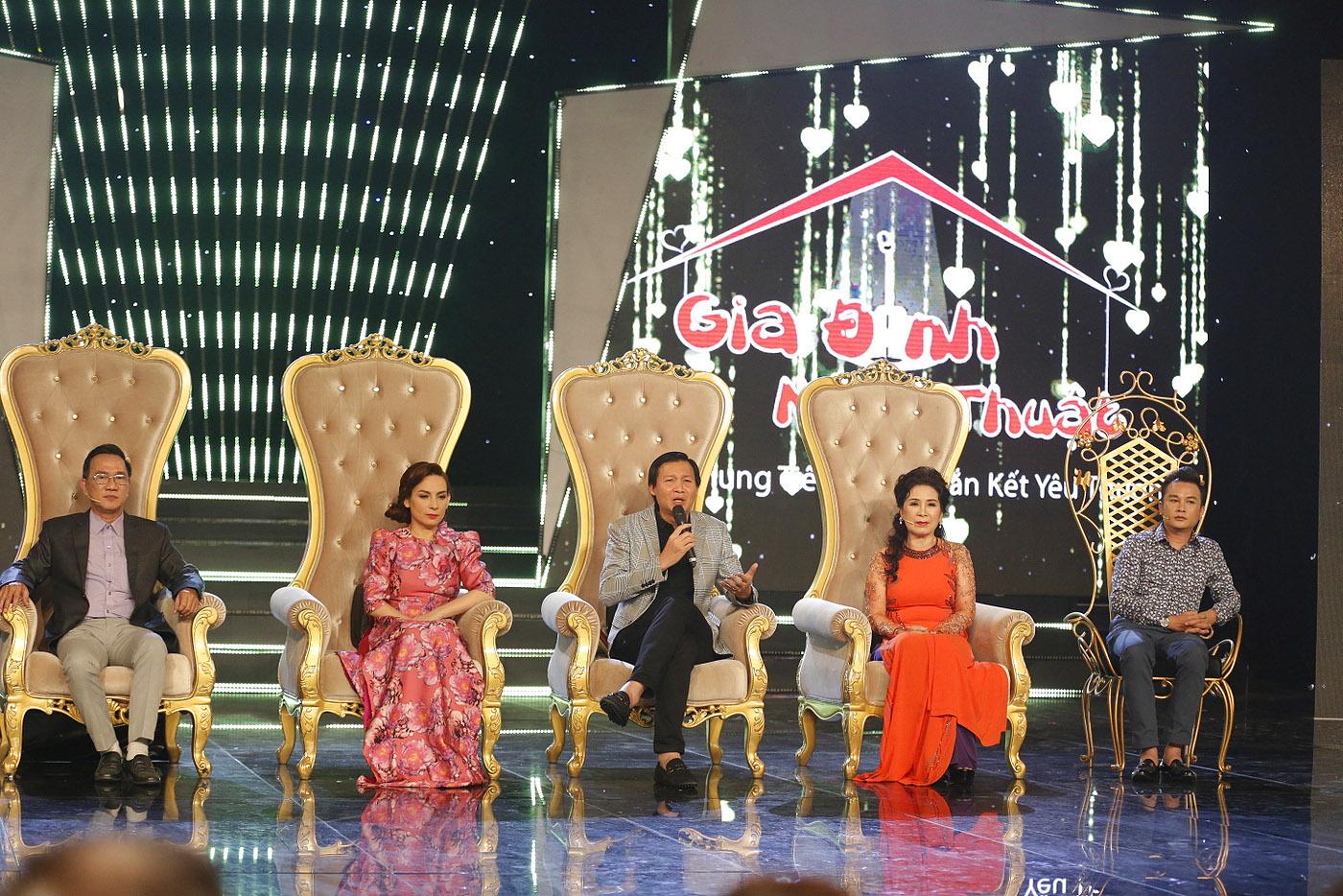 Ca sĩ Phi Nhung ngồi 'ghế nóng' chương trình 'Gia đình nghệ thuật'