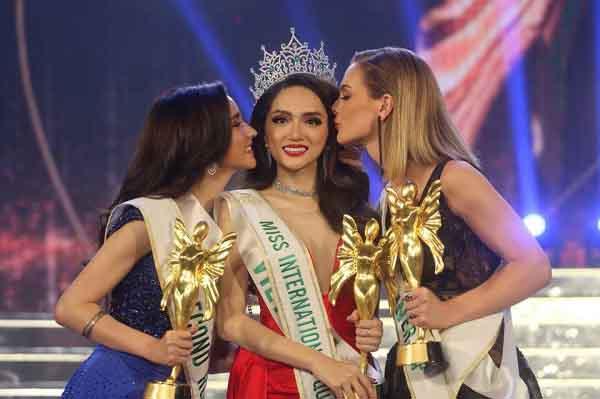 Vỡ òa cảm xúc tự hào khoảnh khắc Hương Giang Idol đăng quang Hoa hậu