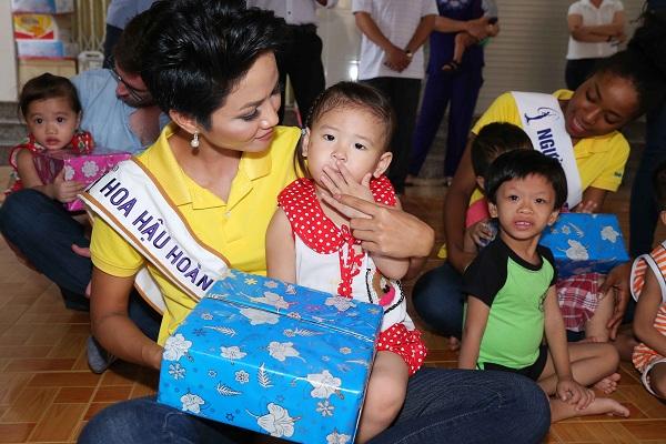 Hoa hậu H'Hen Niê đến với trẻ em mồ côi sau đêm đăng quang