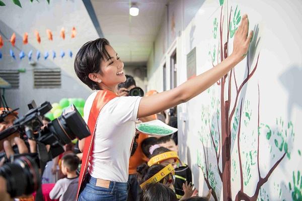 Hoa hậu H'hen Niê trang trí phòng học cho trẻ em vùng cao