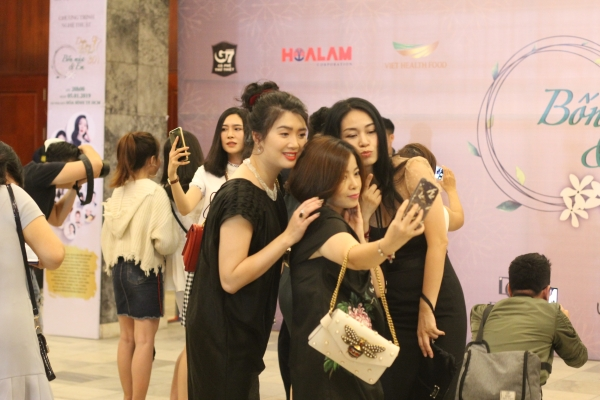 Nhiều khán giả đến sớm để được xem Duyên Dáng Việt Nam 30