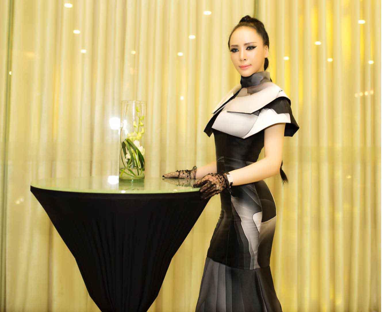 Á hậu Ngọc Quỳnh cá tính với trang phục dạ hội tông màu đen trắng