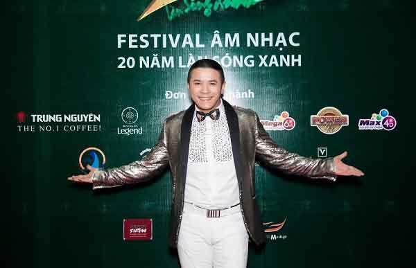 """Kasim Hoàng Vũ nhận giải thưởng """"ca sĩ cống hiến"""" trong đêm nhạc Festival kỷ niệm 20 năm Làn sóng xanh"""