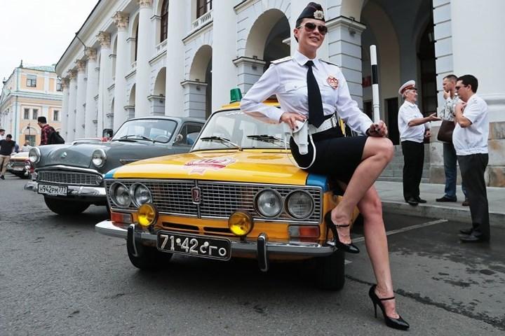 Dàn siêu xe cổ Liên Xô khoe vẻ 'quyến rũ' ở trung tâm Moscow