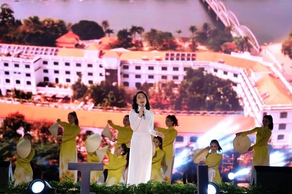 Mỹ Tâm mặc áo dài nền nã hát bế mạc Festival Hoa Đà Lạt 2017