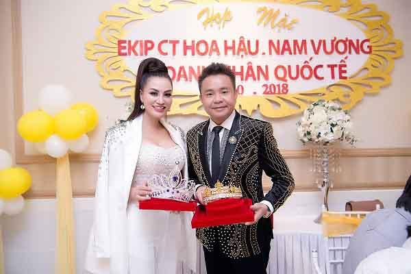 """Cận cảnh vương miện Hoa hậu, Nam vương Doanh nhân quốc tế """" khủng"""" trong buổi họp mặt ekip"""