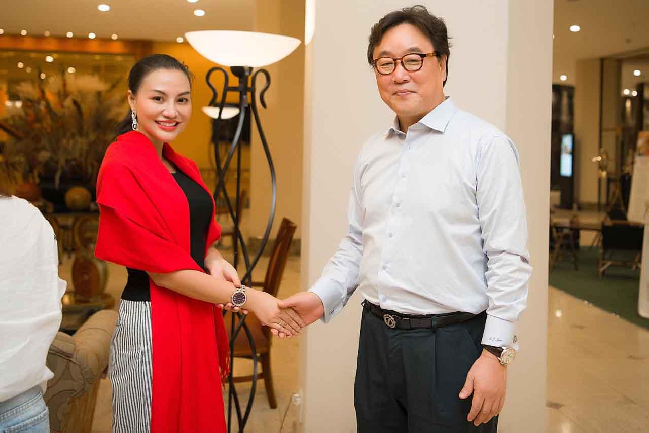 Nữ hoàng sắc đẹp Trần Huyền Nhung gặp gỡ báo chí, truyền thông Hàn Quốc