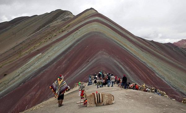 Du lịch bùng nổ, núi Cầu Vồng tại Peru lâm nguy