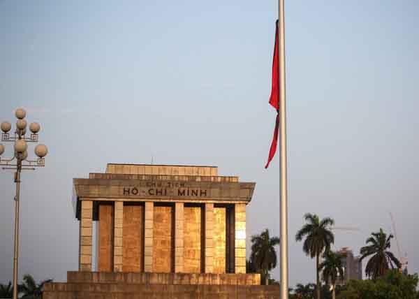 Quảng trường Ba Đình treo cờ rủ để tang cố Thủ tướng Phan Văn Khải