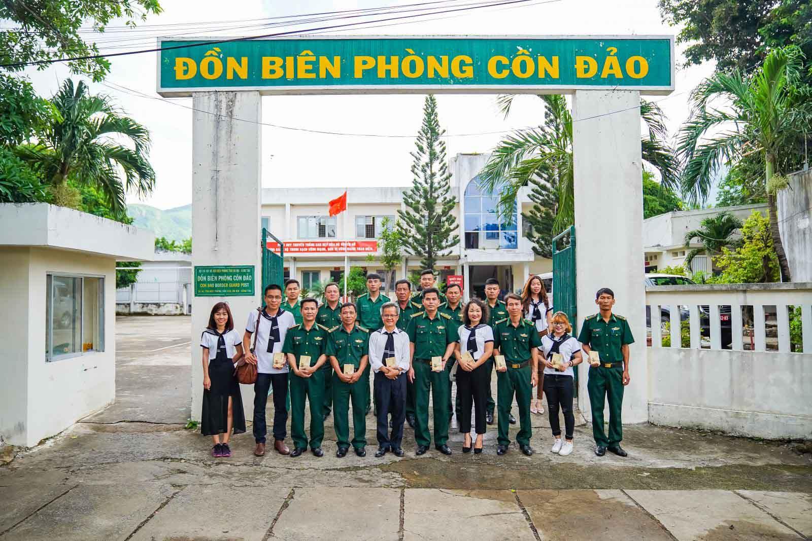 Sách quý đến với cán bộ, chiến sĩ, thanh niên và học sinh huyện Côn Đảo