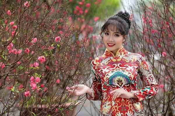 'Sầu nữ' Thúy Huyền dịu dàng trong trang phục áo dài đón xuân