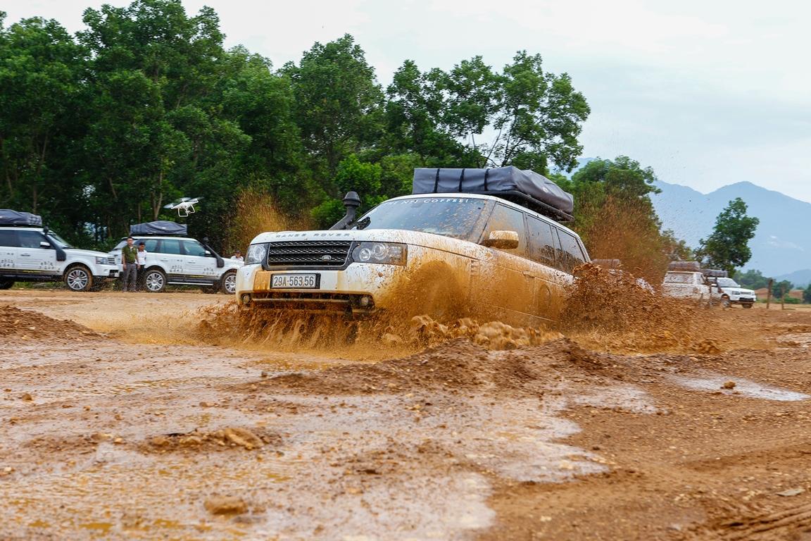 Dàn xe chở sách quý đua tài leo dốc, vượt lầy ở Đồng Mô