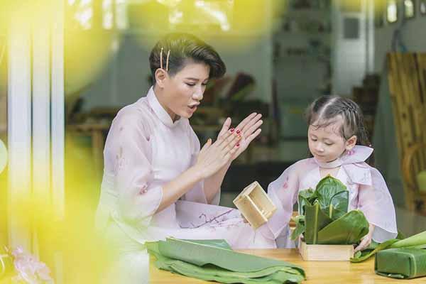 Bé Kiến Lửa nhà Trang Trần háo hức đón Tết cùng mẹ