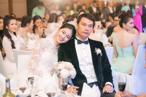 Á hậu Việt Nam Thanh Tú mang bầu cùng chồng đại gia