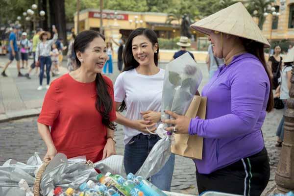 Nghệ sĩ Kim Xuân tặng hoa hồng cho người bán hàng rong