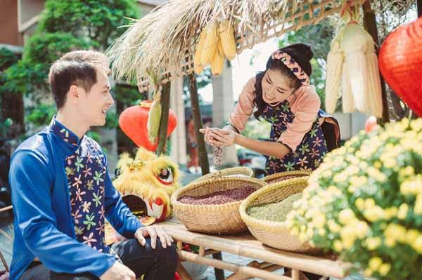 Vợ chồng Đăng Khôi dạy con hãm trà, nấu bánh chưng ngày Tết