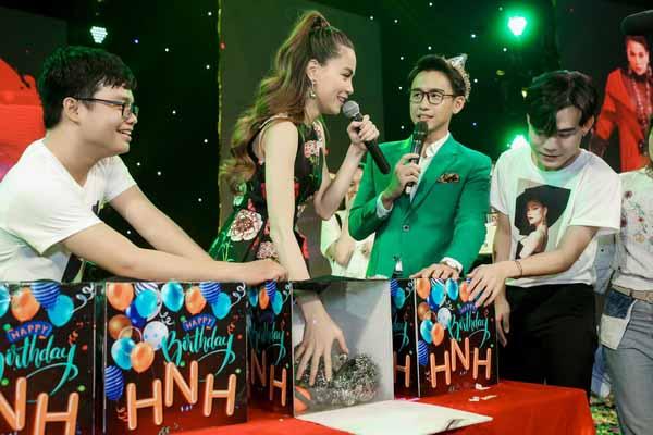 Hồ Ngọc Hà cắn răng khi fan mừng sinh nhật
