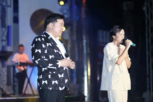 Nghệ sĩ Hoài Linh song ca cực ngọt với Quang Lê