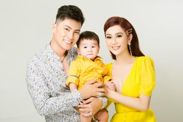 Con trai Lâm Khánh Chi chiếm trọn tâm điểm khi chụp ảnh cùng bố mẹ