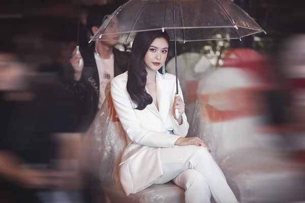 Trương Quỳnh Anh ngồi giữa mưa vẫn thần thái ngút ngàn