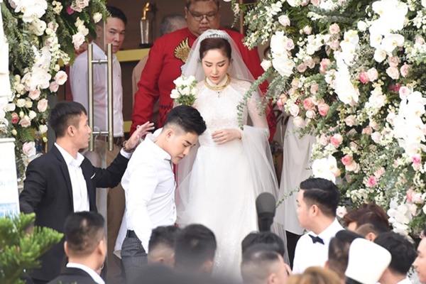 Hot nhất: Cô dâu Bảo Thy xuất hiện bên dàn siêu xe nhà chồng đại gia