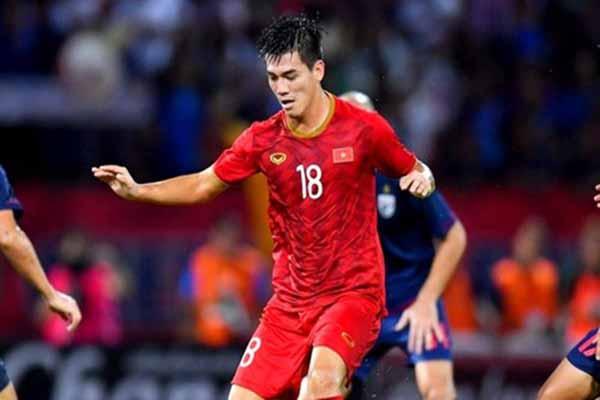 Sao Việt vỡ òa khi Tiến Linh ghi bàn mở tỉ số 1 - 0