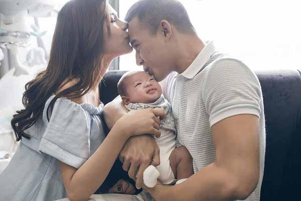 Soái ca nhí nhà Thúy Diễm - Lương Thế Thành 'hot' không kém bố mẹ trên mạng xã hội