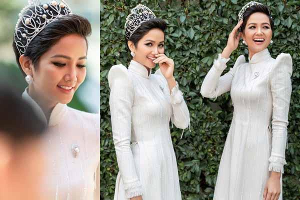 Hoa hậu H'Hen Niê lấy tay che miệng cười khi diện áo dài