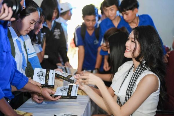 """Hoa hậu Thùy Dung: """"Những bài học trong sách như thần chú để vượt qua thử thách"""""""