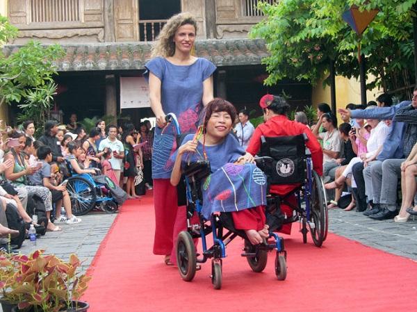 Khi người khuyết tật 'lộng lẫy xiêm y'