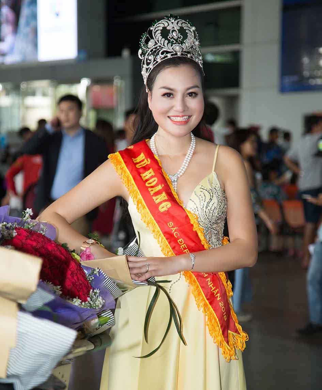 Nữ Hoàng Trần Huyền Nhung trở về trong sự chào đón của gia đình và fan hâm mộ
