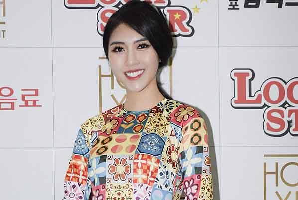 Hoa hậu Tường Linh nền nã trong tà áo dài tại Hàn Quốc
