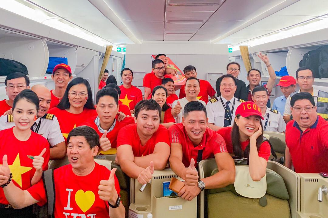 CĐV tiếp tục 'nhuộm đỏ' 6 chuyến bay của Vietnam Airlines sang tiếp lửa cho đội tuyển Việt Nam