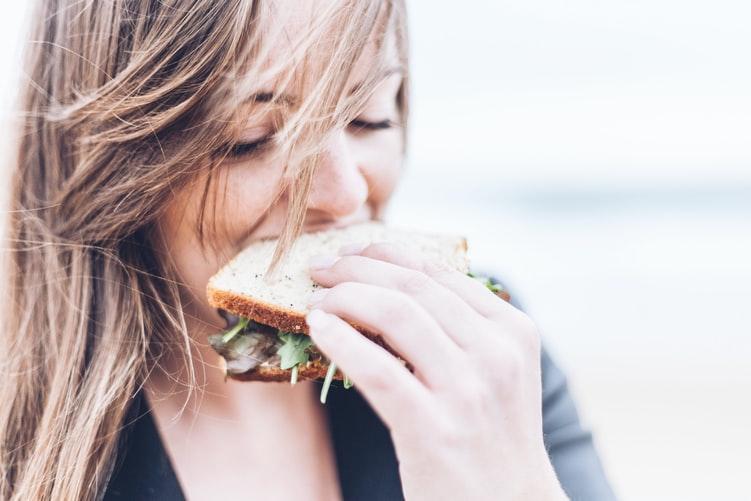 Vì sao phụ nữ càng có tuổi càng dễ tăng cân?