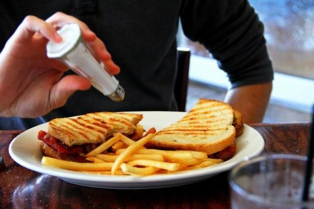 Tại sao chúng ta không nên ăn mặn?