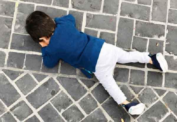 Sợ phải đến trường sau kỳ nghỉ, một bé trai khóc tới nỗi... méo cả mặt