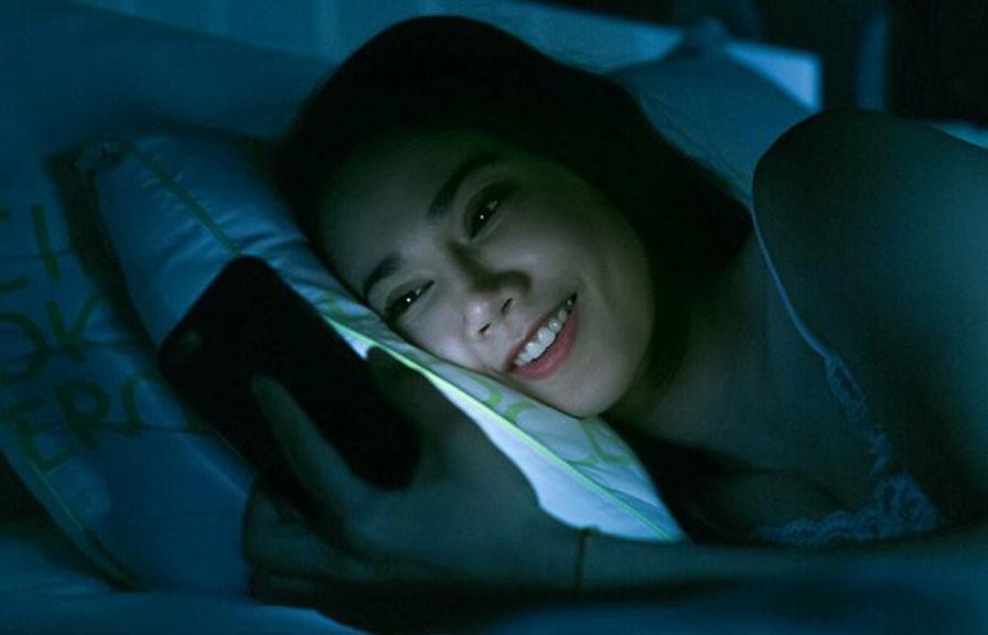 Ánh sáng xanh từ điện thoại không tốt cho đôi mắt của bạn