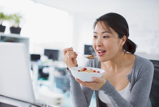 Bạn có nên ăn trưa tại bàn làm việc?