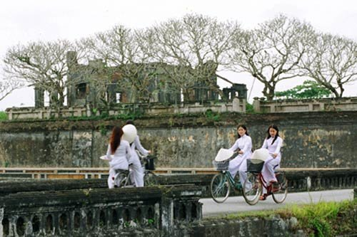 Quê hương là gì hở mẹ? Kỳ 56: Áo dài tôn vinh phụ nữ Việt