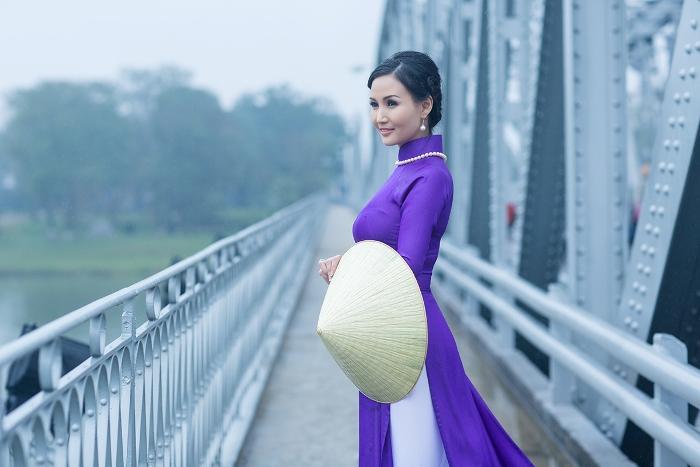 Quê hương là gì hở mẹ? Kỳ 57: Áo dài tôn vinh phụ nữ Việt