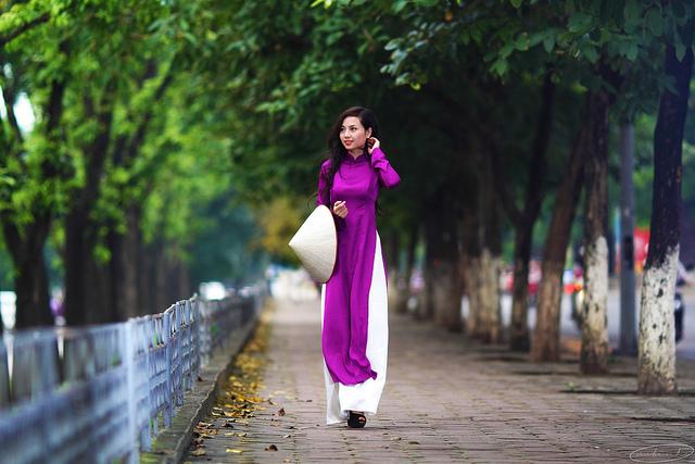 Áo dài Việt Nam vẫn thấp thoáng từ phố tới làng, từ làng ra phố