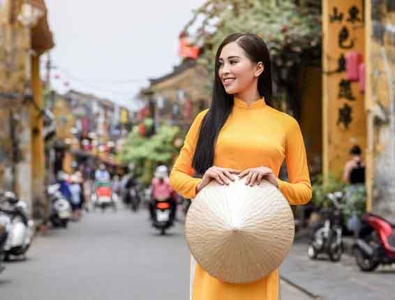 Hoa hậu Trần Tiểu Vy diện áo dài duyên dáng dạo phố cổ Hội An