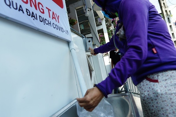 """Cận cảnh """"máy ATM"""" phát gạo miễn phí giúp người nghèo vượt qua dịch Covid-19"""