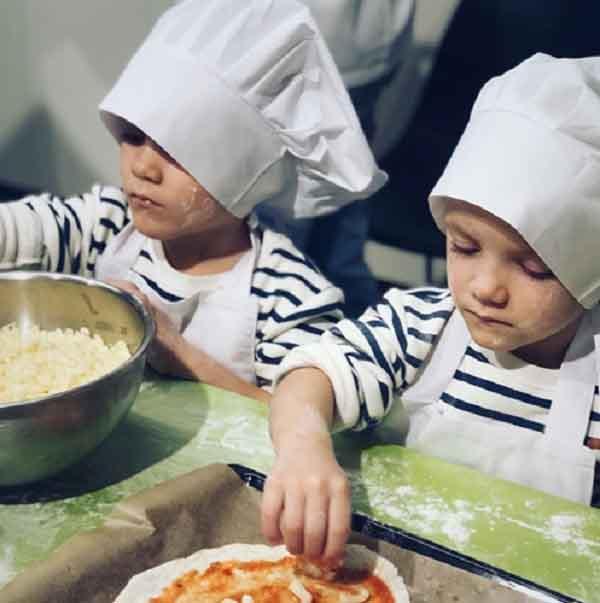 Một cặp song sinh tranh nhau làm bánh