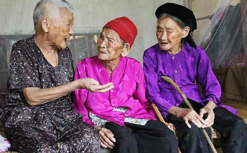 Cuộc sống vui vẻ của ba chị em gái sống qua hai thế kỷ