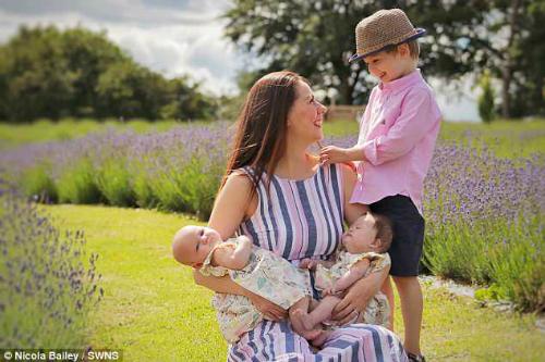 Dù một con gái bị Down bà mẹ vẫn yêu hai bé song sinh như nhau