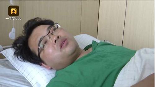 Một bác sĩ nén đau để thực hiện các ca mổ cho bệnh nhân