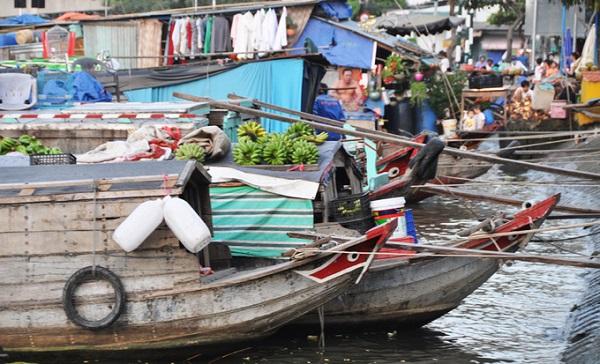 Đủ loại trái cây từ các vườn ở miền Tây được vận chuyển bằng thuyền về TP HCM rồi bày bán thành chợ ven tuyến sông